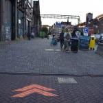 pijlen met krijt op straatstenen