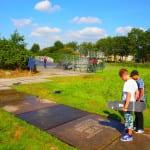 kinderen kijkend naar reverse graffiti