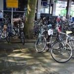 reverse graffiti tussen fietsen