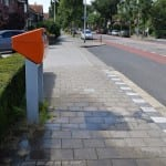 reverse graffiti op straat bij postbus