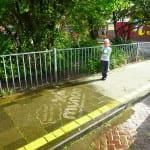 mundo reverse graffiti op stoep bij basisschool