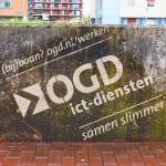 reverse graffiti op betonnen muurtje in delft