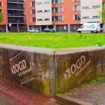 green graffiti op betonnen muurtje delft