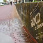 duurzame reclame met reverse graffiti op betonnen muurtje
