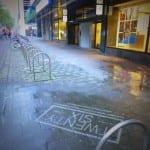 reverse graffiti op stoeptegels in rotterdam